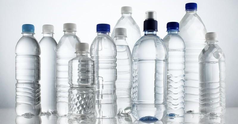pitie vody z plastových fliaš