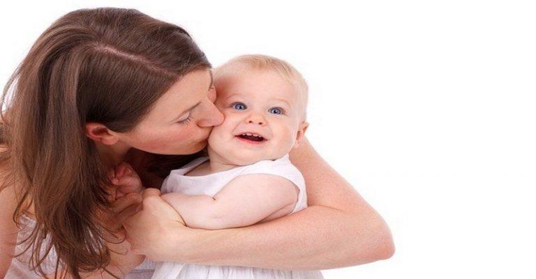 Objímajte svoje bábätko čo najviac! Podľa štúdie je to nevyhnutné pre správny vývin jeho mozgu