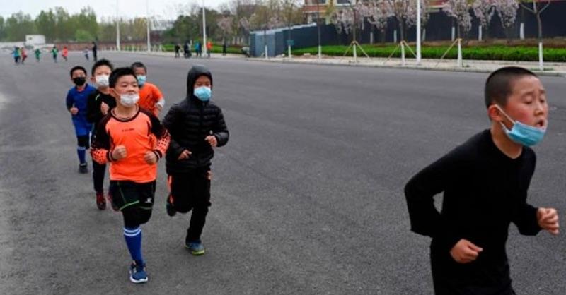 Dvaja chlapci v Číne zomreli počas telesnej výchovy srúškami na tvári