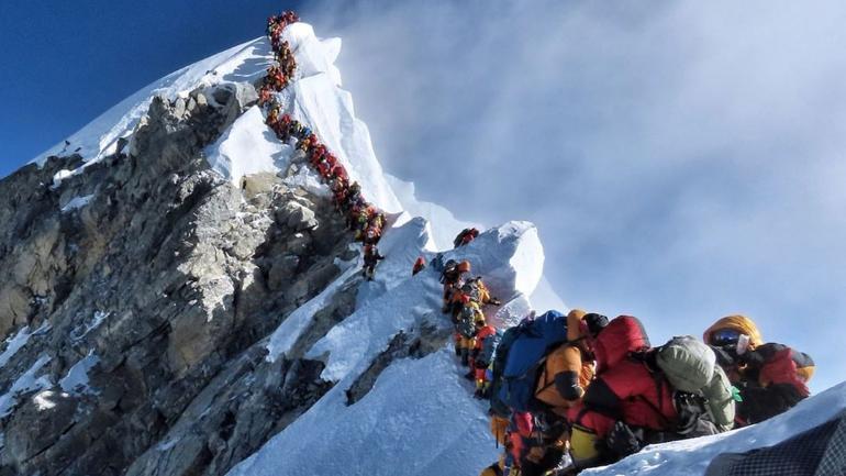 Zápcha pod vrcholom Mont Everestu