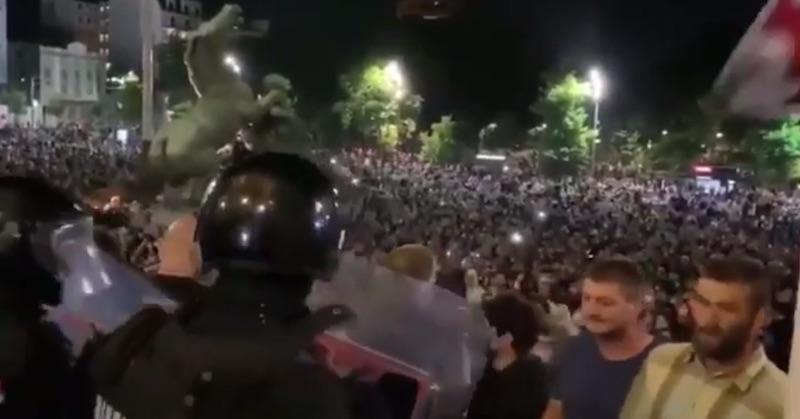 Vo svete sa zdvíha masívna vlna odporu proti korona fašizmu