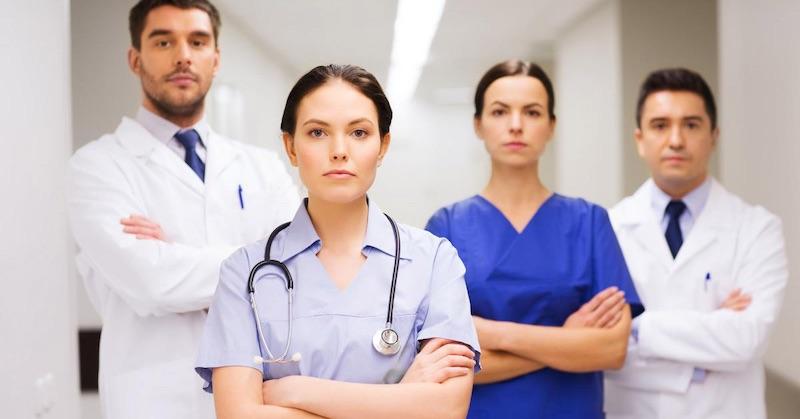 Neskutočné: Mnohí lekári vUSA odmietajú liečiť pacientov poškodených očkovaním