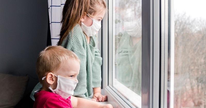 """Doktor zúri: """"Koľko detí bude musieť zomrieť kvôli noseniu rúšok?"""""""